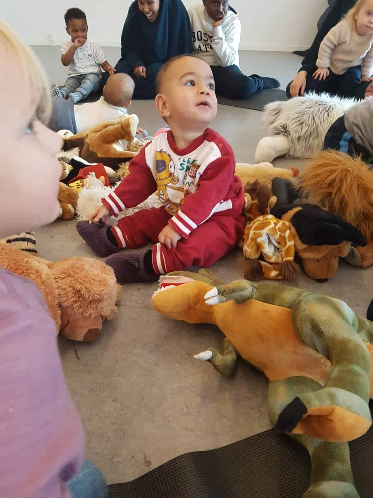 Børn der leger med bamser til Troldbold