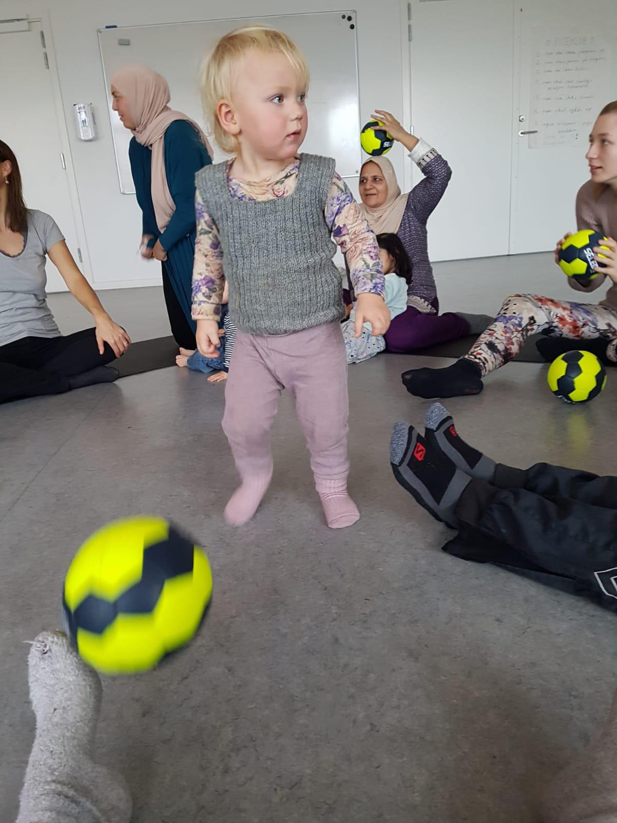 Børn der leget med bolde til Troldebold