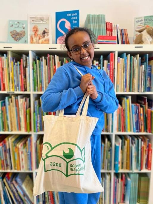 Glad pige, der får udleveret bøger