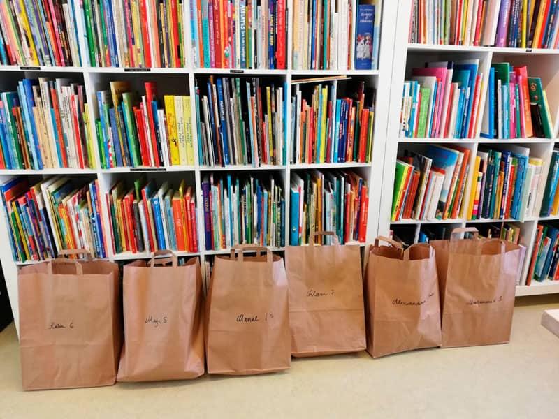 Bogposer der er parat til at blive udleveret til glade børn