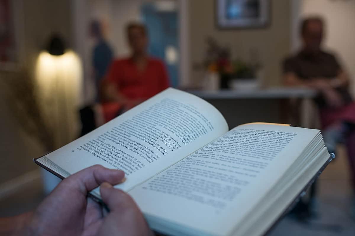 Foto af roman der bliver læst hæjt